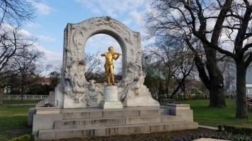 A statue of Johann Strauss in Stadtpark.
