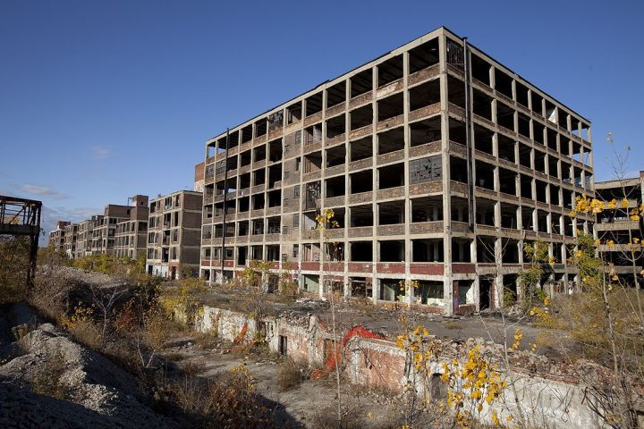 The abandoned Packard Automotive Plant in 2009. The factory shut down in 1958, and the last tenant moved out in 2010. Since then, sections of the complex have begun to collapse and be demolished. By Albert duce - Own work, CC BY-SA 3.0, https://commons.wikimedia.org/w/index.php?curid=10103075
